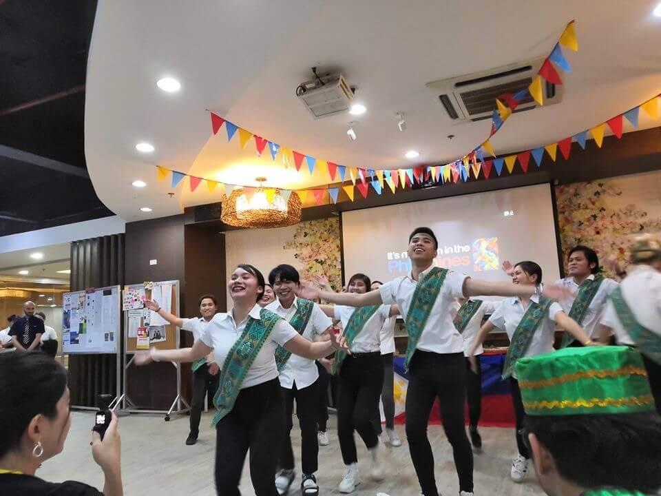 菲律宾游学QQ English国际文化日外教表演